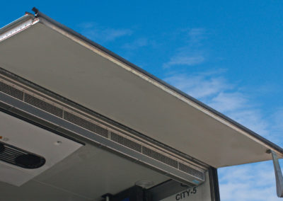 Luchtscherm geinstalleerd in een koelwagen met open achter klep